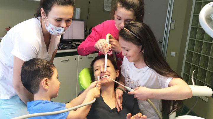 Первый раз у стоматолога. Лечение кариеса молочных зубов.