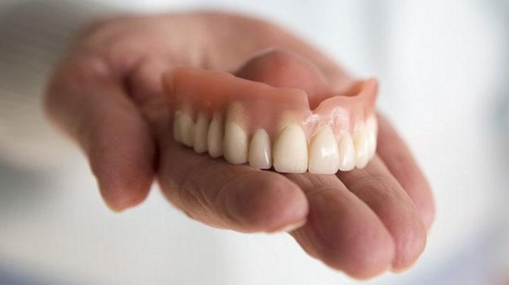 Связь между ношением зубных протезов и воспалением лёгких?